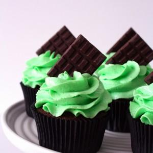 Двойно шоколадови къпкейкове с ментова глазура